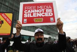 В Турции начались увольнения сотрудников оппозиционных СМИ