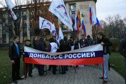 Столкновения в Донецке: митингующие блокировали колонну военных и как  30 митингующих развернули  колонну военных