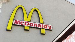 Сотрудники McDonald's в США провели забастовку, требуя повышения зарплаты
