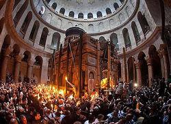 Благодатный огонь символизирующий Воскресение Христово сошел в Иерусалиме