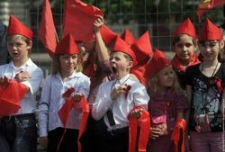 """Путин воссоздает советскую пионерию вид видом """"движения школьников"""""""