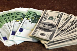 Курс евро на Forex начал понедельник с роста к доллару