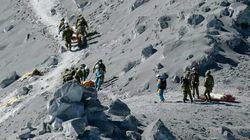 На вершине извергающегося вулкана в Японии спасатели нашли живых людей