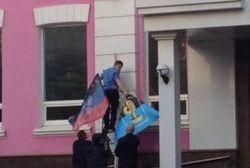 На здании милиции Донецка реет флаг ДНР: милиция не против