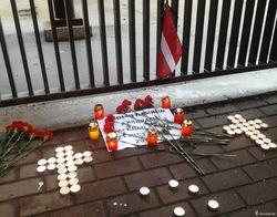 Минчане несут свечи и цветы к посольству Украины и памятнику Шевченко