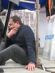 Губернатора Волыни избили и приковали наручниками, требуя отставки