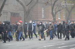 Титушки с георгиевскими лентами напали на митинг единства Украины в Донецке