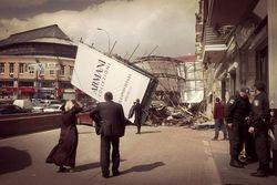 Дневной ураган в Киеве сносил крыши и валил деревья