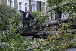 Мощнейший шторм накрыл север Великобритании