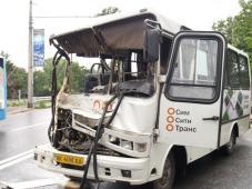 """АРК: автобус """"СимСитиТранс"""" врезался в грузовик с газовыми баллонами – последствия"""
