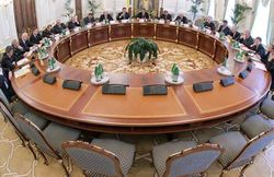 """Ущербный """"круглый стол"""" следующее заседание пройдет без Януковича"""