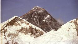 Около десятка альпинистов погребла под собой лавина на Эвересте