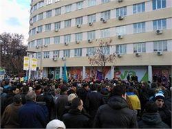 Протестующие в Киеве подтягиваются к зданию правительства