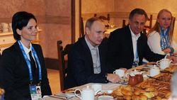 Путин выпил чаю с пирогами с олимпийцами Украины