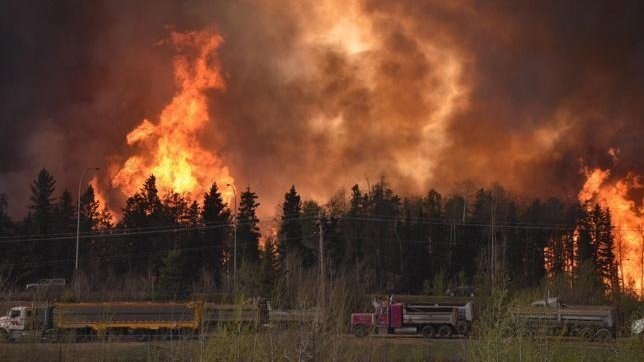Вканадской провинции Альберта полыхает аэропорт