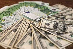 Курс евро понизился к доллару на Forex до 1.3607