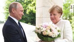 Путин дарит Меркель букет цветов