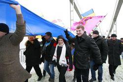 Студенты на Майдане шьют огромный флаг для Евросоюза