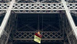 Гринпис протестует на Эйфелевой башне - требуют свободы