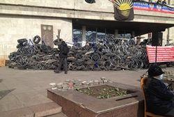 Сотни жителей Донецка провели ночь на 10 апреля возле ОГА в ожидании штурма