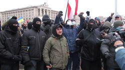 Активисты с Евромайдана сооружают баррикаду на улице Грушевского