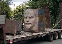 Днепропетровске снесли еще одного «Ленина», милиция не противилась
