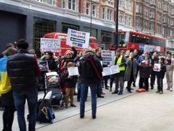 Автомайдан пикетирует апартаменты Ахметова в Лондоне