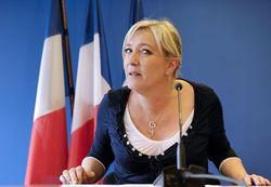 Молодые французы забросали Марин Ле Пен камнями