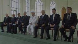 Президент Узбекистана Ислам Каримов вошел в дом Аллаха без обуви