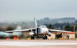 Бомбардировщик Су-24 на взлете