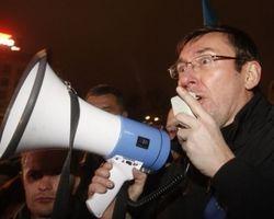 Нужно идти не на переговоры к Януковичу, а в отряды самообороны – Луценко