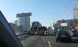 В Киеве перевернулся грузовик с маслом