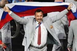 Белорусу, пронесшему флаг РФ на Паралимпиаде, россияне подарят квартиру