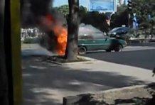 На оживленной дороге в центре Донецка дотла сгорела машина – YouTube