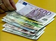 Евро укрепился к рублю, но упал по отношению к доллару
