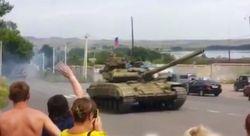 Колонна танков и бронетехники с российскими флагами вошла в Макеевку