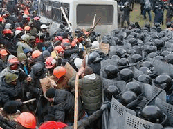 Противостояние в Киеве переросло в стычки