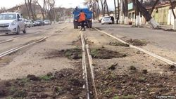 """""""Озодлик"""": в Узбекистане провалы на дорогах засыпают не асфальтом, а песком"""