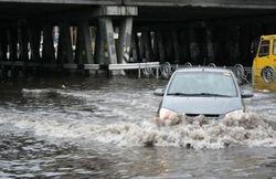 Невиданные паводки в Великобритании нанесли милионные убытки: курс фунта