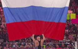 В США  рестлер сорвал и кинул под ноги флаг РФ