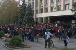 В Ужгороде ученический бунт: школьники и их родители штурмуют мэрию