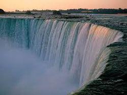 В воскресенье Ниагарский водопад окрасится в цвета флага Украины