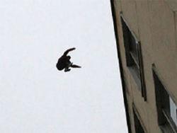 Выбросившийся с 10-го этажа кореец упал на семилетнюю девочку