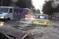 Проливной дождь превратил Набережную Победы в Днепропетровске в большое озеро