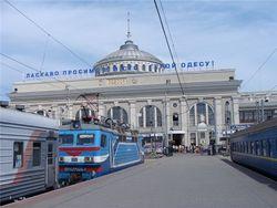 В связи с угрозой взрыва из одесского ЖД вокзала эвакуировали людей