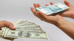 Средневзвешенный курс американского доллара увеличился на 42,5 копейки