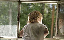 5-летний малыш выпал из окна вместе с бабушкой