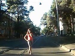 В центре Одессы девушка выбежала на дорогу и умоляла водителя ее сбить