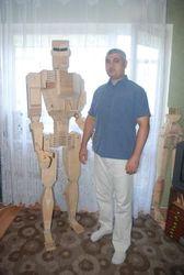 Запорожский умелец собрал подвижного робота из… дерева