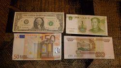 Курс рубля продолжает снижение к фунту, евро и канадскому доллару